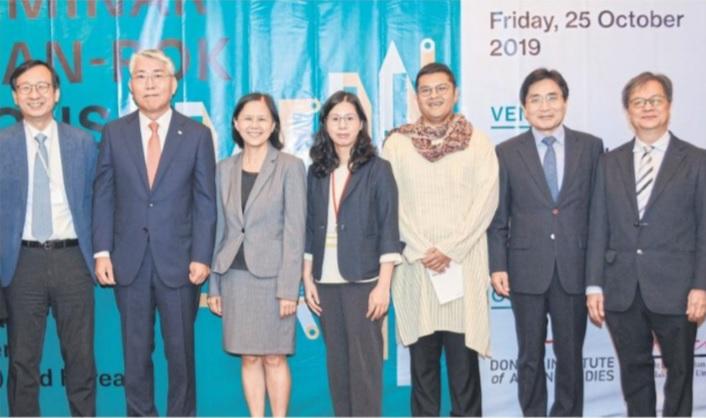 Photo News: Column SOCIAL SCENE: INTERNATIONAL TIES