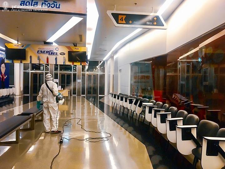 จุฬาฯ พ่นน้ำยาฆ่าเชื้อโรคเพื่อลดการแพร่กระจายของเชื้อไวรัส COVID – 19 ที่อาคารสยามกิตติ์