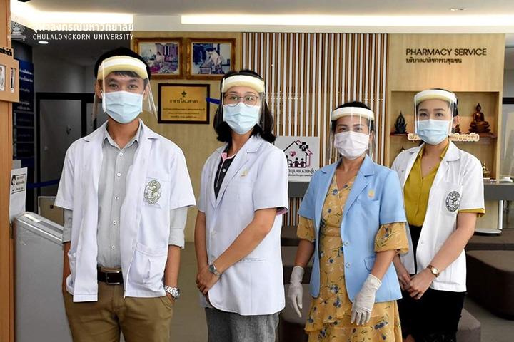 ผู้ปฏิบัติงานโอสถศาลา จุฬาฯ    ทำหน้ากากกันกระเด็น (Face Shield) ป้องกัน COVID-19